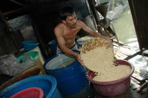 Perajin UMKM yang memproduksi tahu (Purna Budi/kabarbisnis.com)