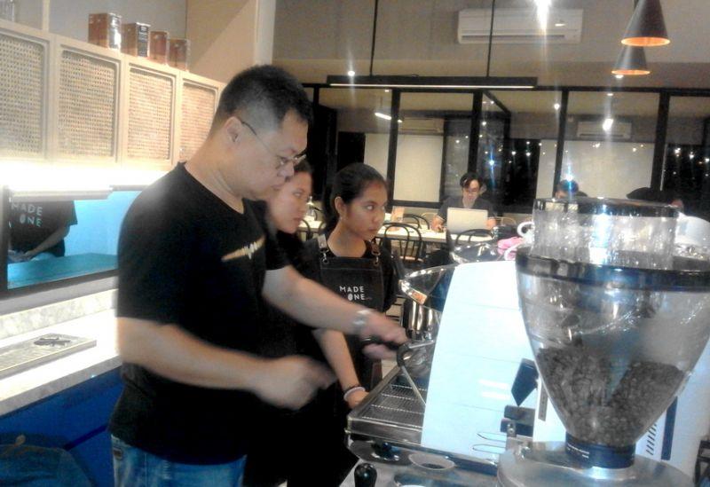 Daniel Ko saat memberi arahan pegawainya dalam meracik kopi di Made One Coffee Surabaya.
