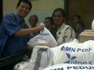 Kepala Bidang PKBL PTPN X Wasis Pramono membagikan sembako. Salah satu upaya PTPN X meningkatkan kesejahteraan sosial-ekonomi warga.