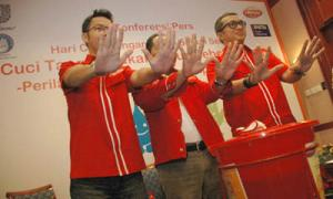 Brand Ambassador Lifebuoy Dik Doank (kanan) bersama Senior Brand Manager Lifebuoy Erwin Cahaya Adi (tengah) dan Direktur Lembaga Swadaya Masyarakat (LSM) Spektra Roni Sugiyanto di Surabaya, Kamis (14/20/2010) [Purna Budi/kabarbisnis.com]