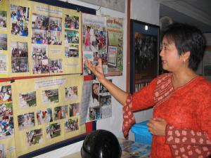 Direktur Lembaga Latihan Swasta Bangun Pertiwi  Sri Endah Nurhayati memperlihatkan rangkaian kegiatanya