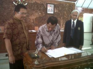 Bupati Bojonegoro Suyoto, Pemimpin Bank Indonesia (BI) Regional Jawa Timur Mohamad Ishak, dan Rektor Universitas Brawijaya Yogi Sugito (dari kiri ke kanan) melakukan penandatanganan perjanjian pengembangan kluster sapi potong