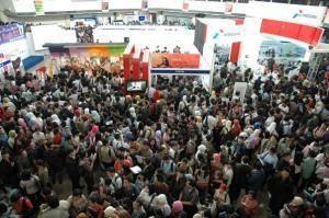 Ribuan pencari kerja memadati bursa kerja di Surabaya beberapa waktu lalu (dok. kabarbisnis.com)
