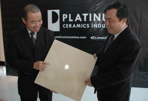 Direktur Pemasaran Platinum Ceramics Daniel Djianto Soegeng (kiri