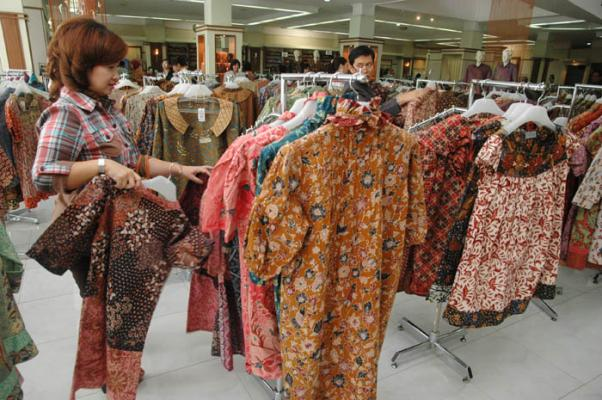 Warga Surabaya serbu baju batik | Momen Bisnis