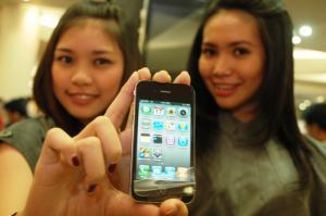 Dua orang model menunjukkan I Phone 4 di Tunjungan Plasa Surabaya e381b81960